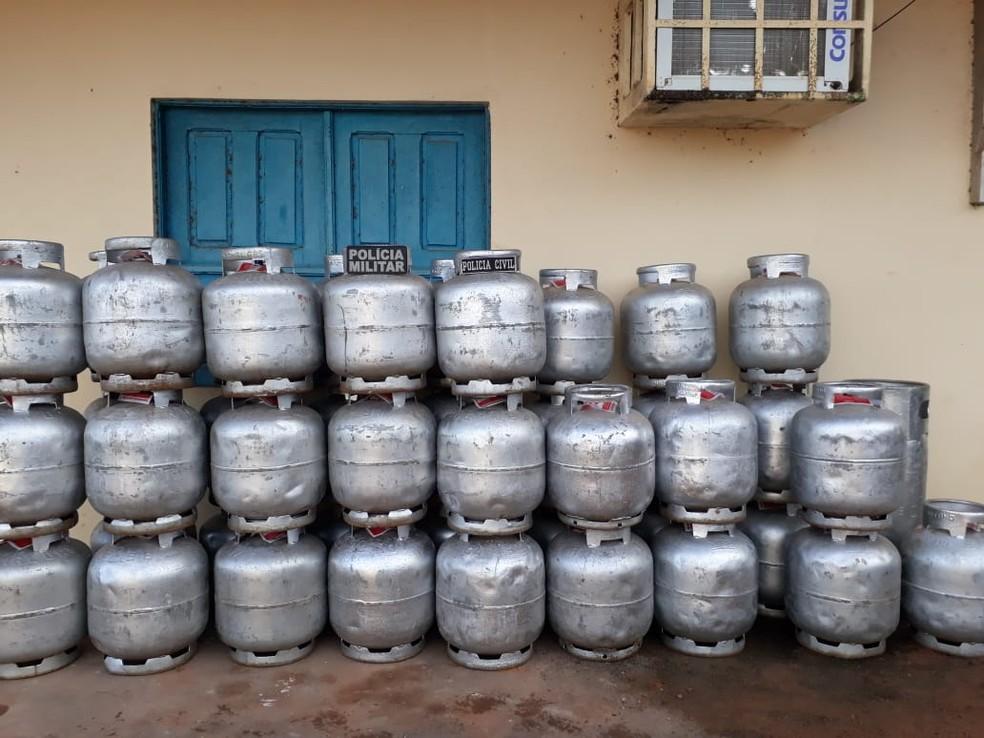 -  Botijas eram transportadas de balsa e vendidas clandestinamente em Alenquer, no Pará  Foto: Polícia Civil/Divulgação