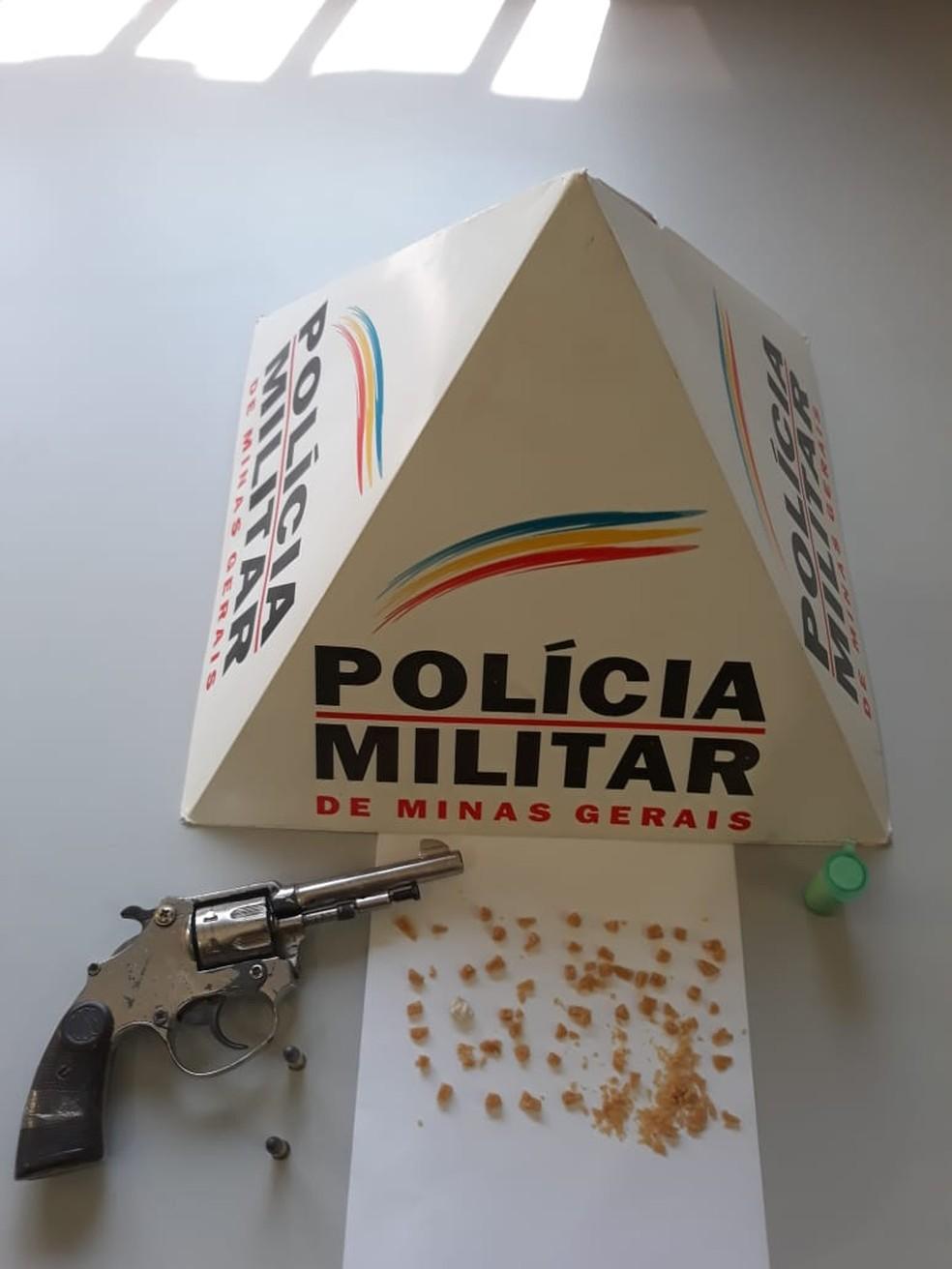 Material apreendido estava dentro de uma bolsa — Foto: Polícia Militar/Divulgação