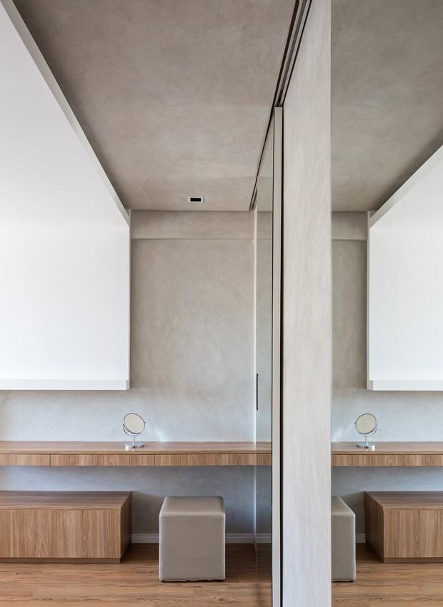 Madeira, tons de concreto e muito branco: a receita para um décor minimalista é simples e elegante (Foto: Haruo Mikami/Divulgação)