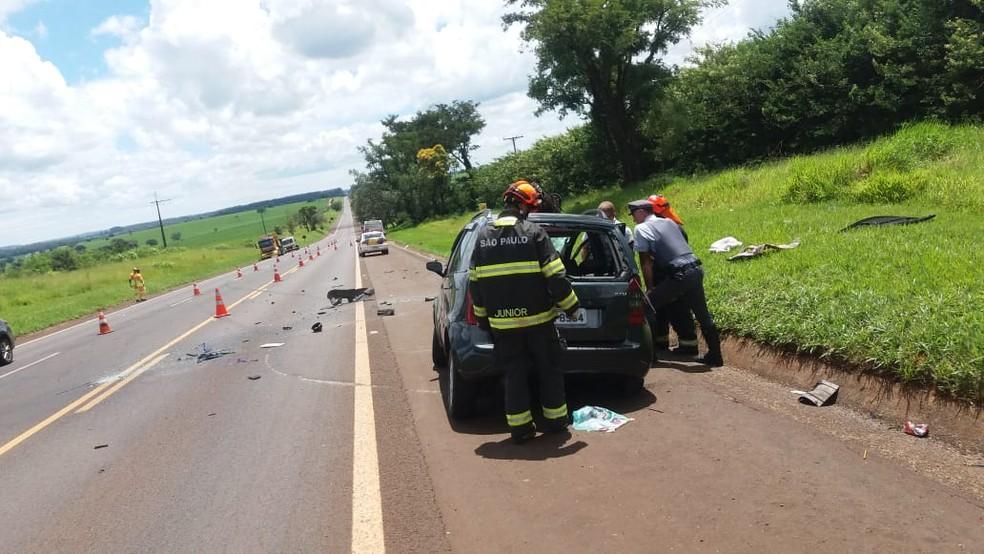 Nove pessoas ficaram feridas, entre elas quatro crianças, na SP-255, em Avaré — Foto: Divulgação/Corpo de Bombeiros