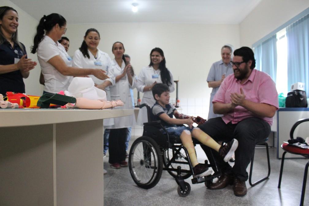 João Victor sendo prestigiado pela equipe médica do Hospital Santa Marcelina, em Porto Velho.  — Foto: Pedro Bentes/G1