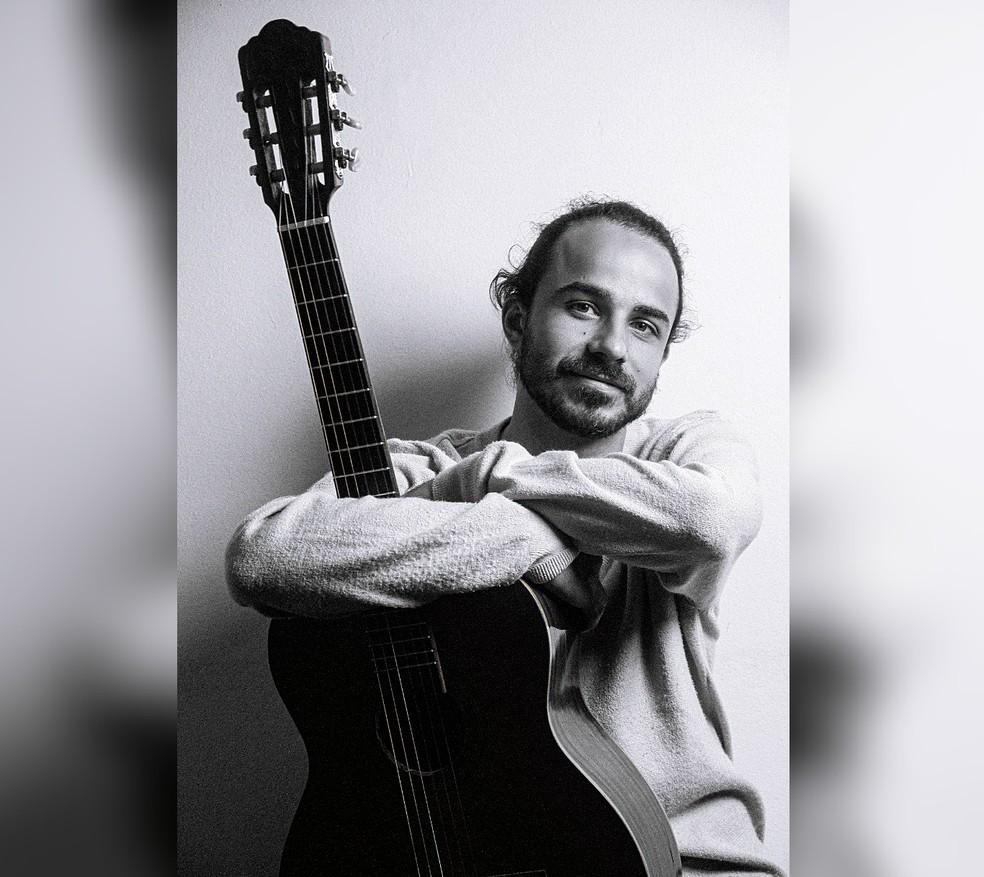 Danillo é músico e trabalha na parte administrativa da prefeitura de Sarapuí — Foto: Lucas Ferreira/Divulgação