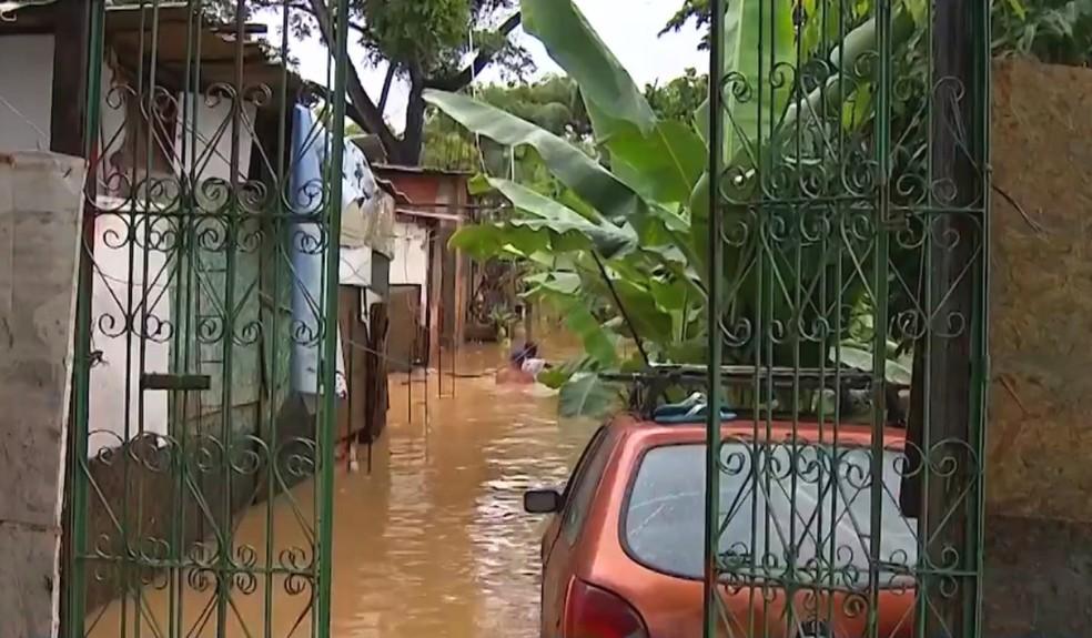 Chuvas caíram entre a noite de sexta e a madrugada de sábado — Foto: Reprodução/TV Bahia