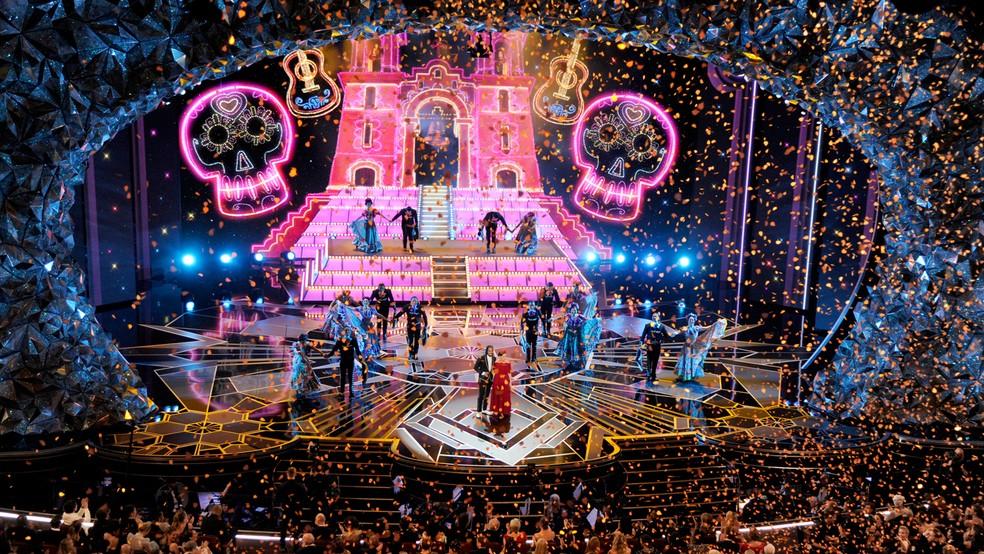 Palco fica colorido para apresentação musical da trilha de 'Viva' na 90ª cerimônia do Oscar (Foto: Chris Pizzello/Invision/AP)