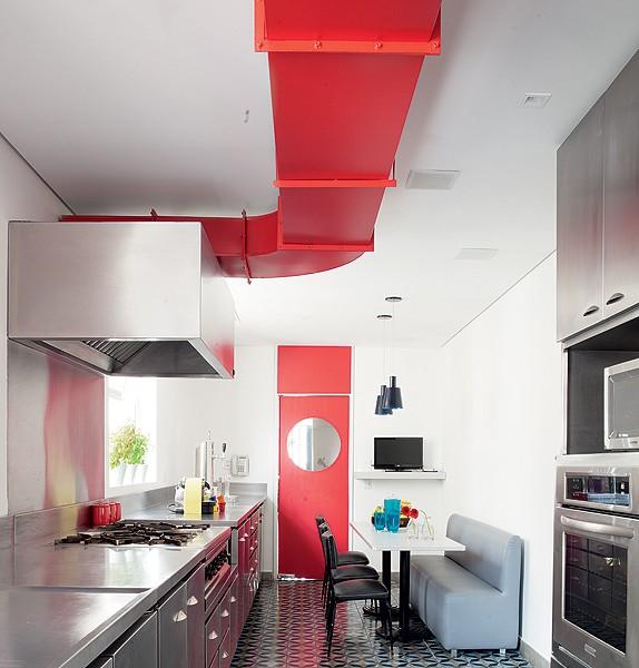 Tubulação e portas vermelhas deixaram a cozinha vibrante. A decoração foi inspirada em uma lanchonete. Projeto do escritório Wolff + Fujinaka Arquitetos (Foto: Mario Mantovanni/Casa e Jardim)