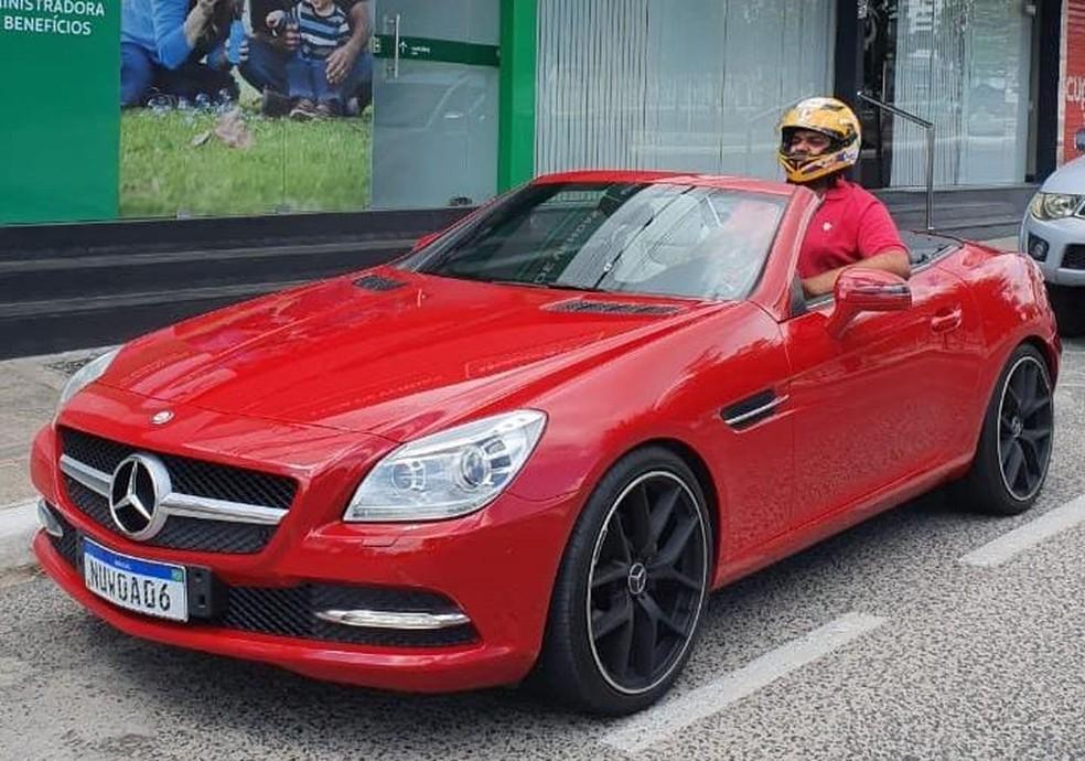 Paraibano usa capacete em carro conversível por 'não caber' no veículo' — Foto: Diego Alexandre/Arquivo pessoal