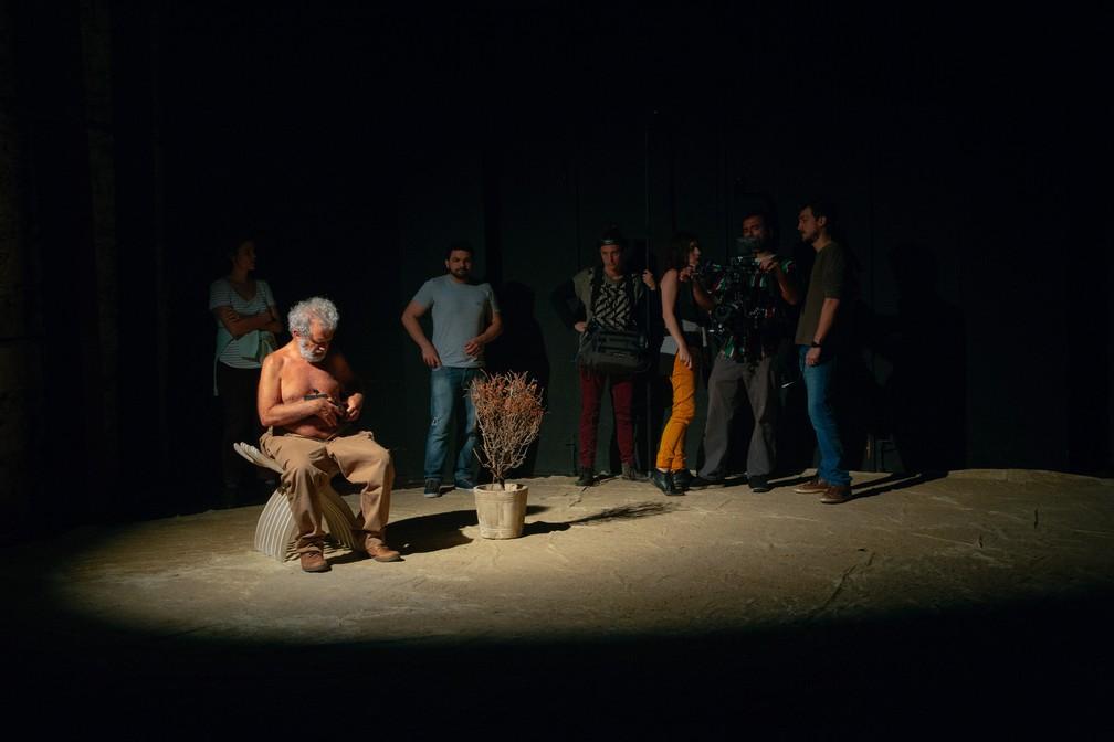 """Igor Angelkorte (à direita) com o elenco do filme """"Fernando"""" — Foto: Divulgação"""