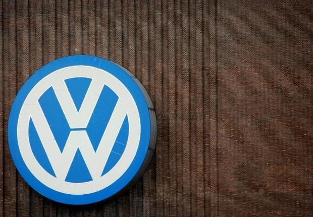 Logo da montadora alemã Volkswagen é visto na parede da fábrica em Wolfsburg, na Alemanha (Foto: Fabrizio Bensch/Reuters)
