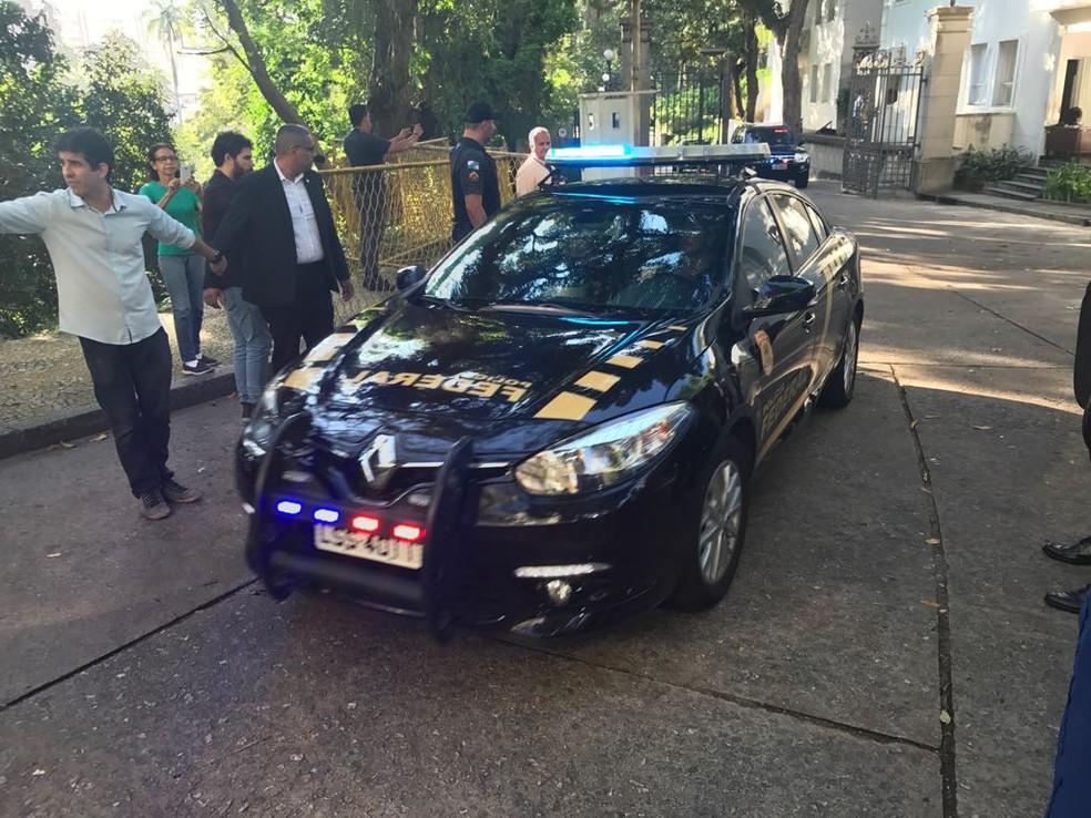 Carro da PF deixa o Palácio Laranjeiras, onde mora Pezão — Foto: Cristina Boeckel/G1