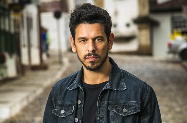 João Vicente de Castro é o Alain de 'Espelho da vida' (Foto: Rede Globo / João Miguel)