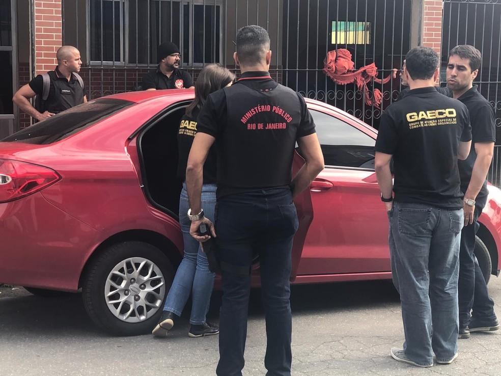 Agentes do Gaeco participam de operação em Barra Mansa — Foto: Anderson Sobrinho/TV Rio Sul