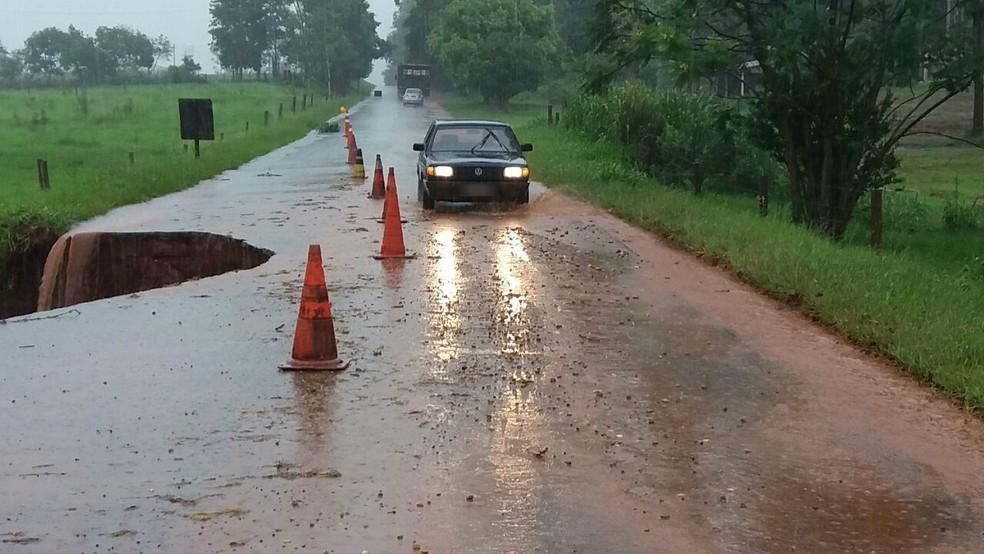 DER-PR monitora trecho interditado da PR-576, em Tapira, e informou que as chuvas que caem na região há dias estão aumentando a erosão (Foto: PRE/Divulgação)