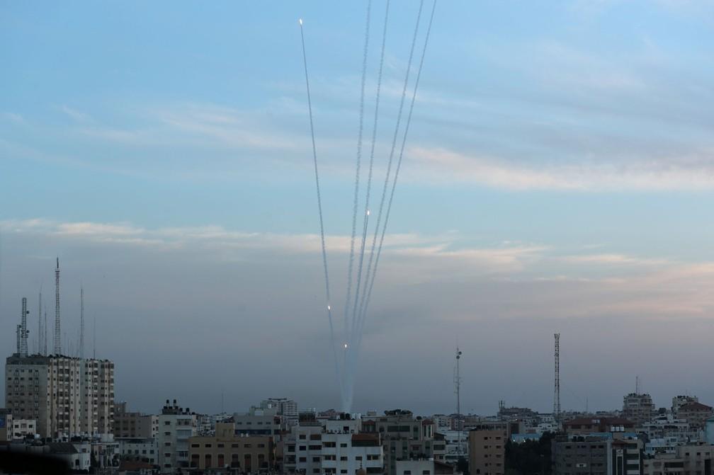 Foguetes lançados de Gaza em direção a Israel neste domingo (5) — Foto: Suhaib Salem/Reuters
