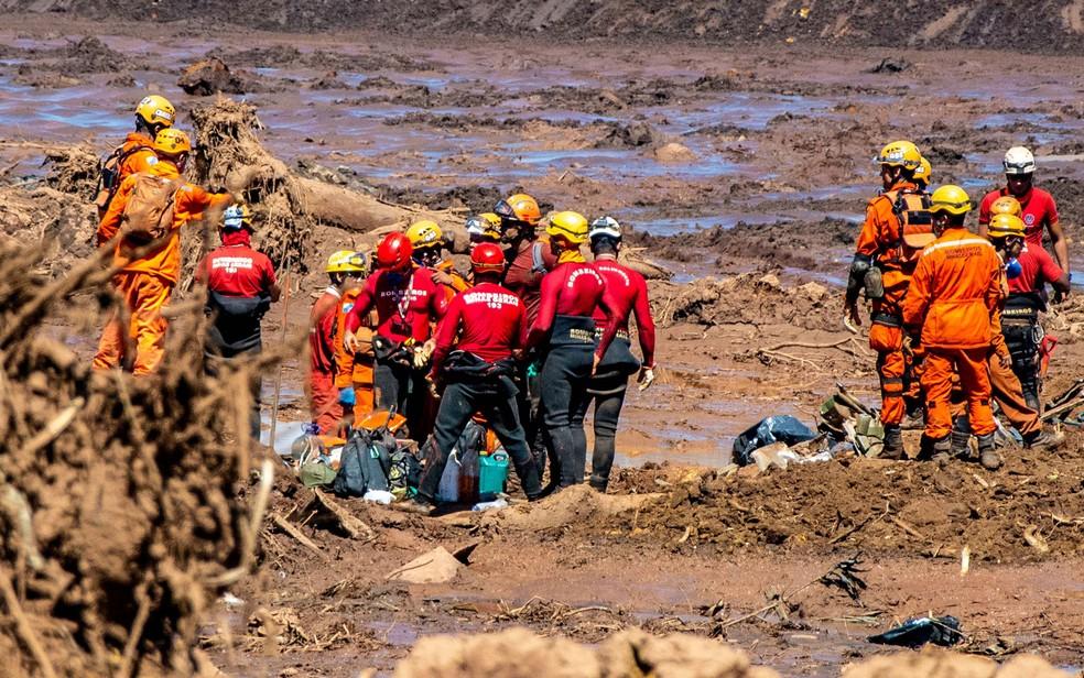 Bombeiros trabalham no 5º dia de buscas em Brumadinho, em MG — Foto: Fábio Barros/Agência F8/Estadão Conteúdo
