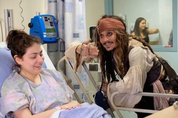 O ator Johnny Depp caracterizado como o pirato Jack Sparrow durante uma visita a um hospital infantil no Canadá (Foto: Facebook)