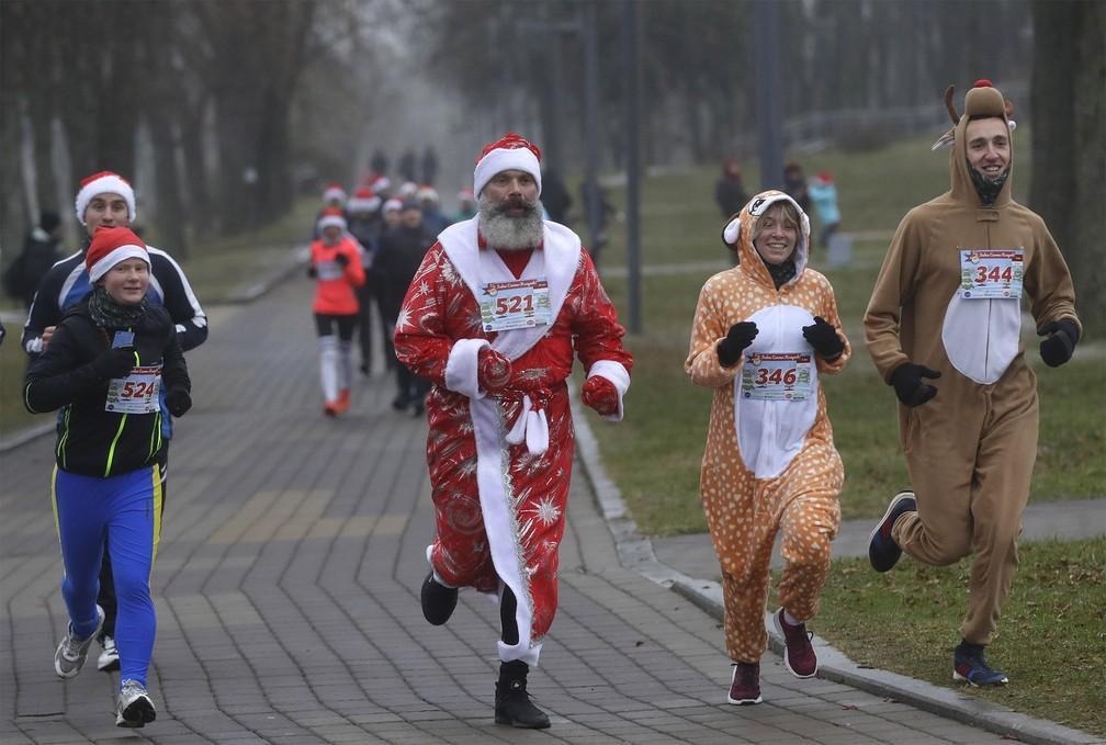 Papai Noel e duas renas participam de corrida natalina em Minsk, Belarus, no sábado (14) — Foto: Sergei Grits/AP