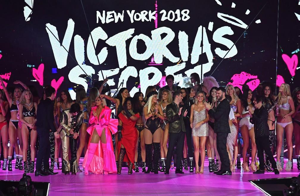 Em foto de 2018 modelos posam no final do tradicional desfile de fim de ano da Victoria's Secret — Foto: Angela Weiss/AFP