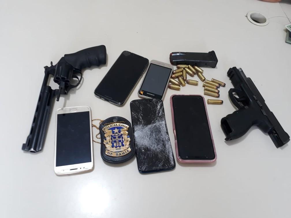 Policiais apreenderam dois revólveres  — Foto: Aldo Matos/Acorda Cidade