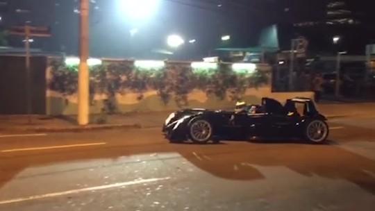 Mika Hakkinen acelera protótipo pelas ruas de São Paulo durante filmagem