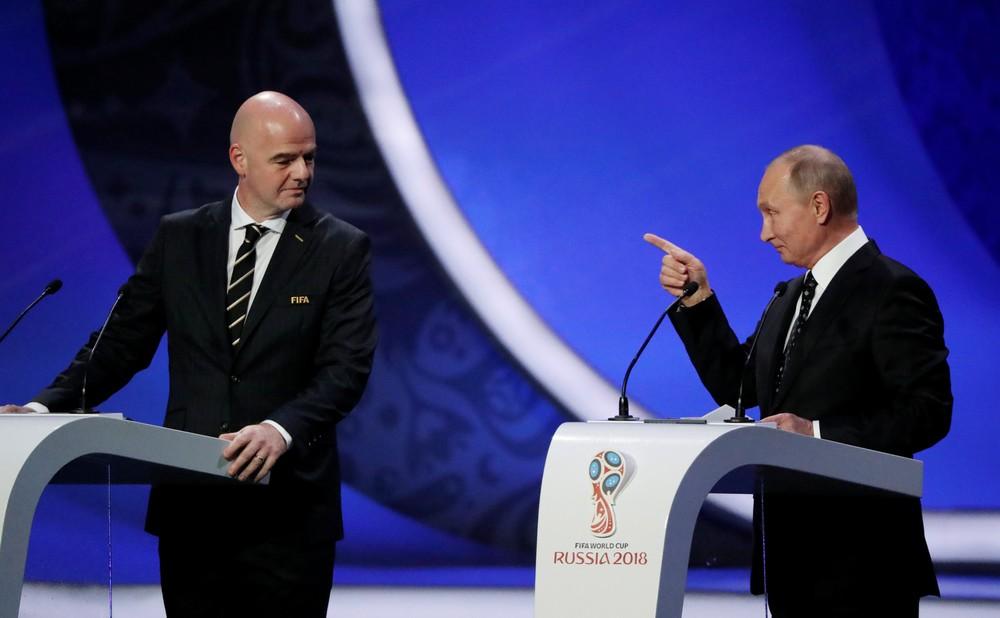 Infantino e Vladimir Putin durante o sorteio dos grupos da Copa de 2018 (Foto: Grigory Dukor/Reuters)