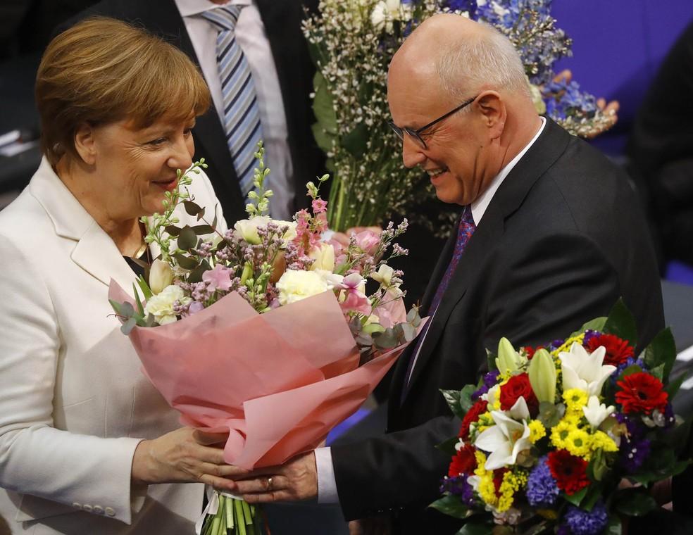 -  Merkel é cumprimentada após reeleição para o cargo de chanceler na Alemanha  Foto: Kai Pfaffenbach/Reuters