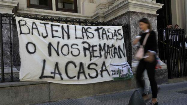 A inflação, desvalorização e taxas de juros dispararam no último ano na Argentina (Foto: AFP via BBC)