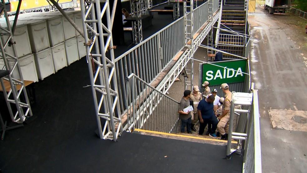 Fiscalização dos bombeiros no Sambão do Povo, em Vitóroa, antes dos desfiles de carnaval — Foto: Reprodução/TV Gazeta