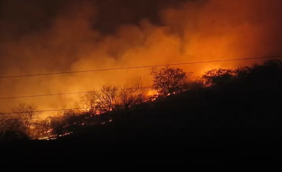 Incêndio atingiu área em serra na zona rural de Quixadá, interior do Ceará — Foto: Alex Pimentel/SVM