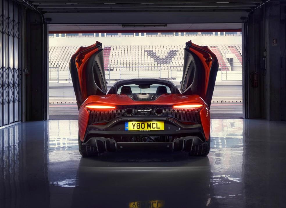 Novo McLaren Artura: as portas de alumínio abrem para cima, um toque que todo supercarro deveria ter — Foto: Divulgação