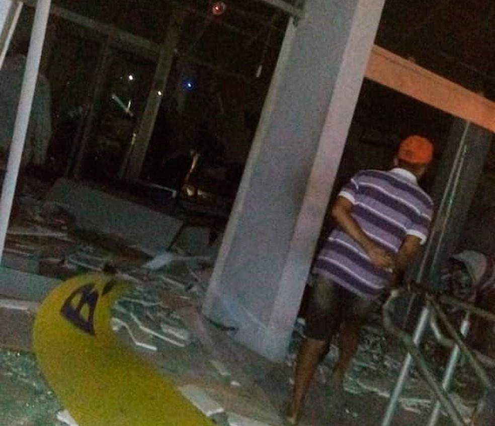 Bandidos explodem caixas eletrônicos em agências na cidade de Castro Alves, na Bahia — Foto: Site Bahia10.Com.Br