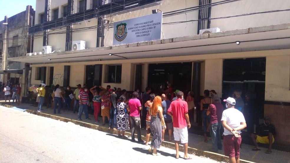 Filas de pessoas que esperavam regularização de documentos — Foto: Geraldo Jerônimo/Inter TV Cabugi