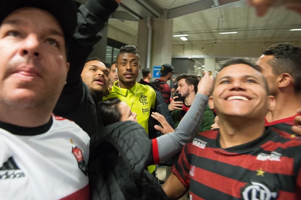 Bruno Henrique em uma chegada a Curitiba, ainda com a logística antiga — Foto: Alexandre Vidal/Flamengo