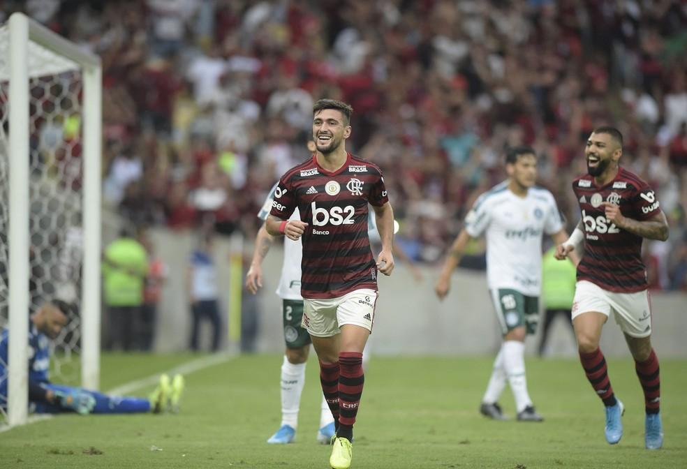 Arrascaeta comemora gol na vitória sobre o Palmeiras — Foto: André Durão/GloboEsporte.com