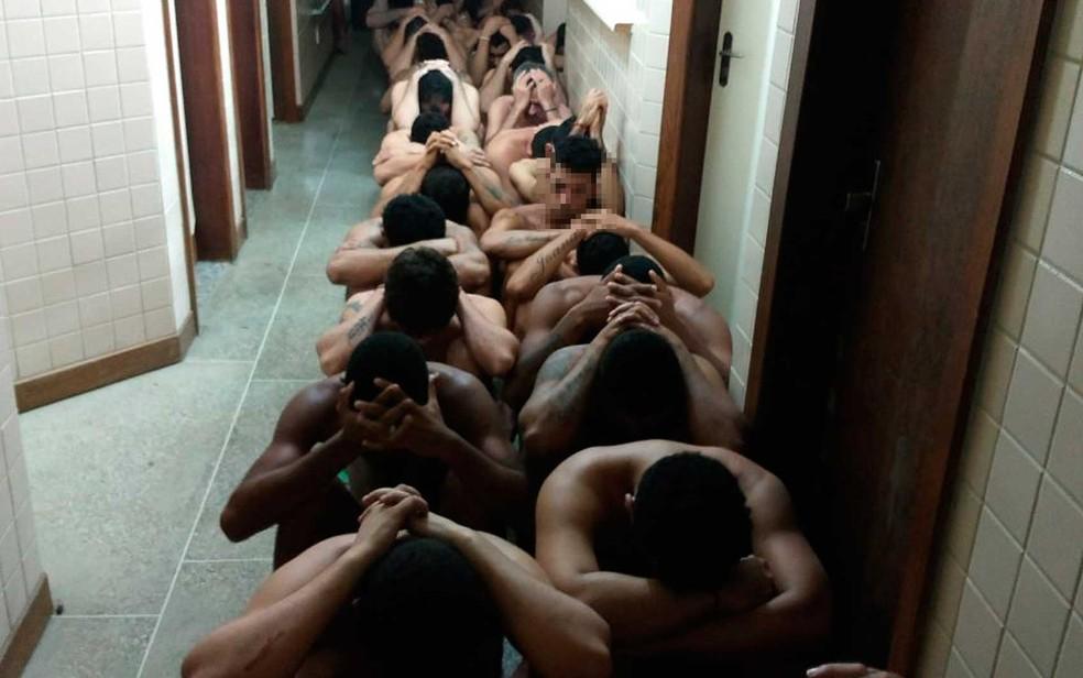 Presos retirados de celas para revistas após decoberta de túnel na Bahia (Foto: Divulgação/SSP-BA)