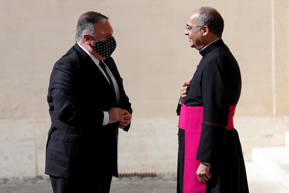 O Secretário de Estado dos Estados Unidos, Mike Pompeo, encontra o Monsenhor Guillermo Karcher durante chegada ao Vaticano em 1º de outubro  — Foto: Guglielmo Mangiapane/Pool via Reuters