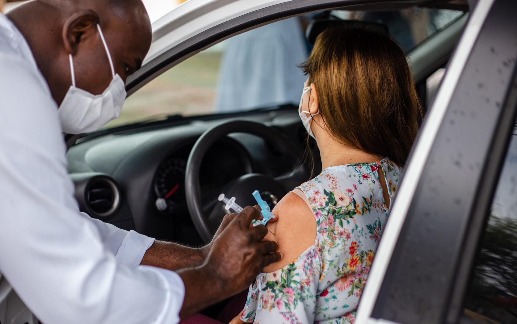 Vacinação na segunda-feira será apenas para 2ª dose da CoronaVac em Lauro de Freitas; retomada da 1ª dose é prevista para terça