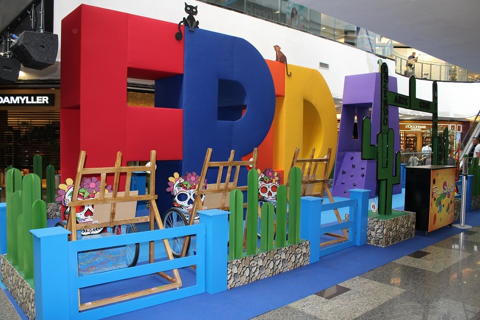 """Estrutura montada com o nome """"Frida"""" e telas para pintura na ação """"Brincando com Frida Kahlo"""" no Brasília Shopping — Foto: Rafael Oliveira/Divulgação"""