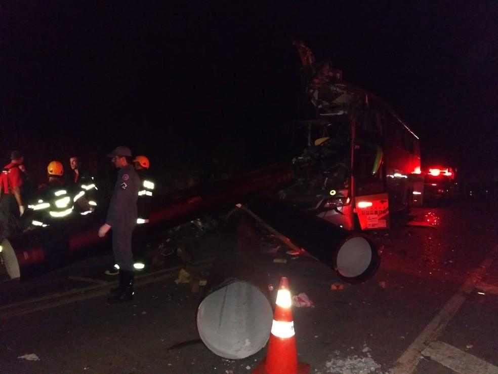 Três veículos se envolveram no acidente na BR-116 (Foto: Corpo de Bombeiros/Divulgação)