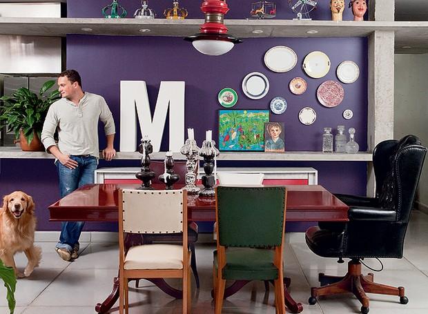 Brinquedos decoram a sala de jantar do designer de joias Gervázio Milaneze. O arquiteto Gustavo Calazans criou uma prateleira de concreto para eles, onde também fica embutida a iluminação (Foto: Edu Castello/Casa e Jardim)