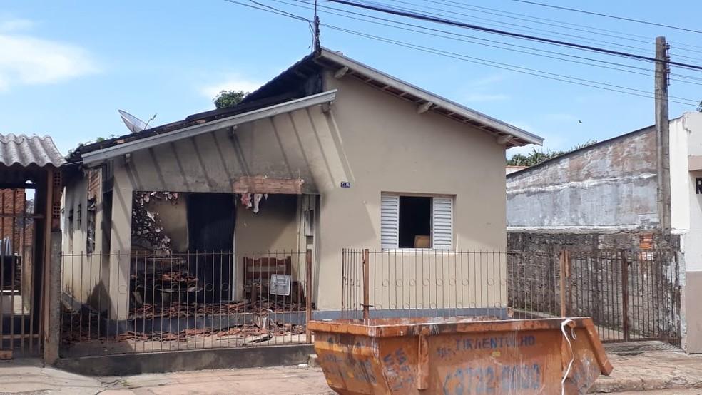 Bombeiros atendem ocorrência de casa que pegou fogo em Avaré  — Foto: Corpo de Bombeiros/Divulgação