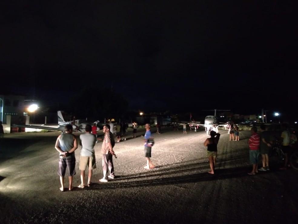 Moradores invadiram pista após pouso do avião em Jequié — Foto: Divulgação