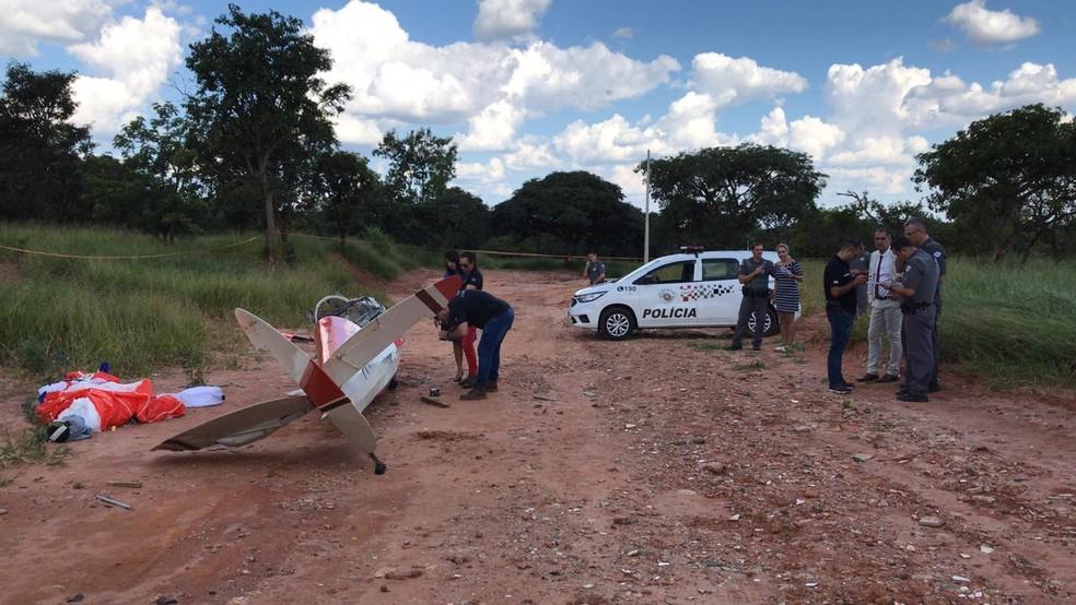 Avião planador cai no Jardim Santos Dumont em Bauru — Foto: Arthur Neves/TV TEM