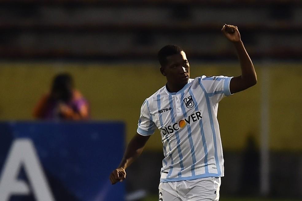 Cifuentes, artilheiro da Sul-Americana com 4 gols, é o destaque da Universidad Católica de Quito (Foto: Rodrigo BUENDIA / AFP)