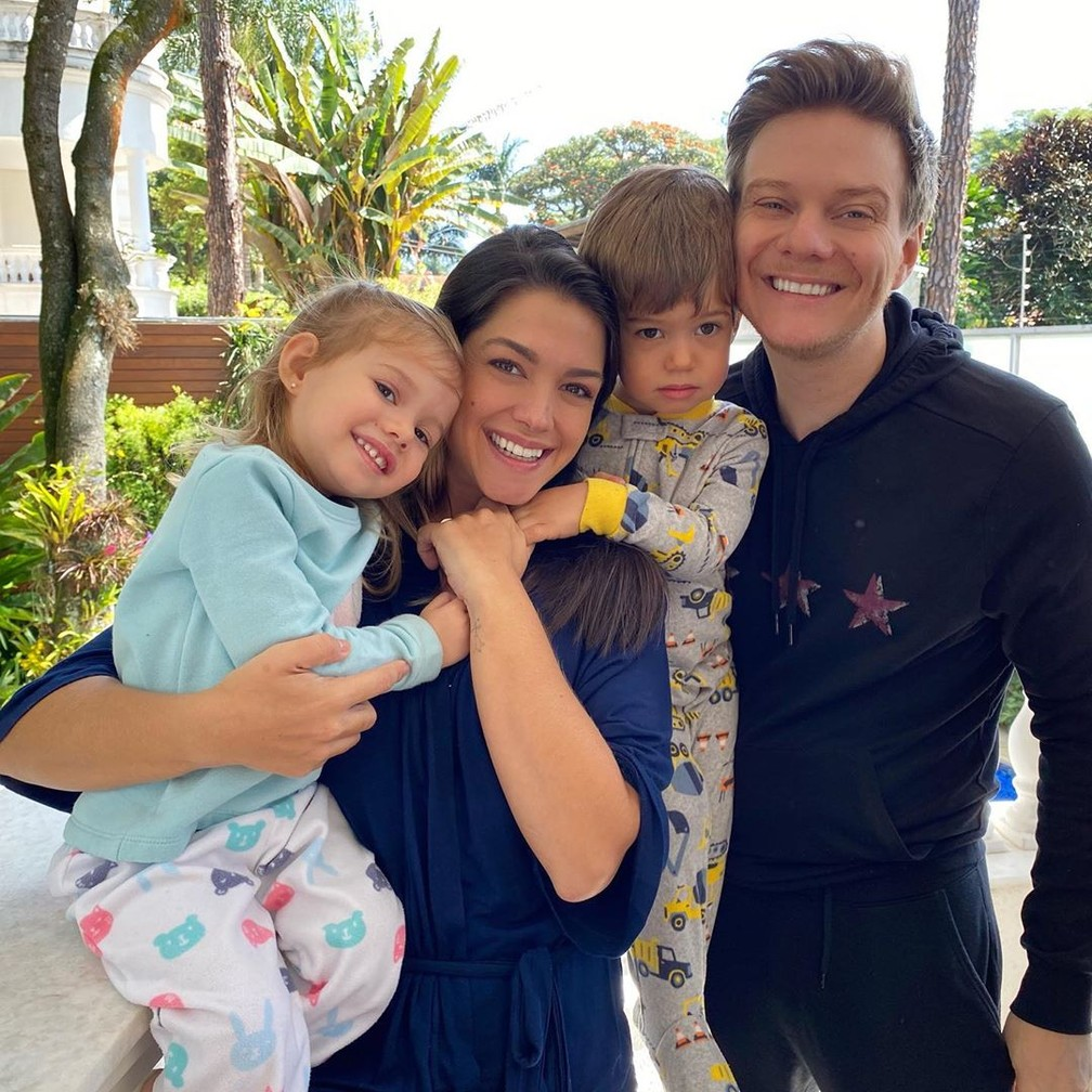 Thais Fersoza e Michel Teló com Melinda e Teodoro — Foto: Reprodução/Instagram