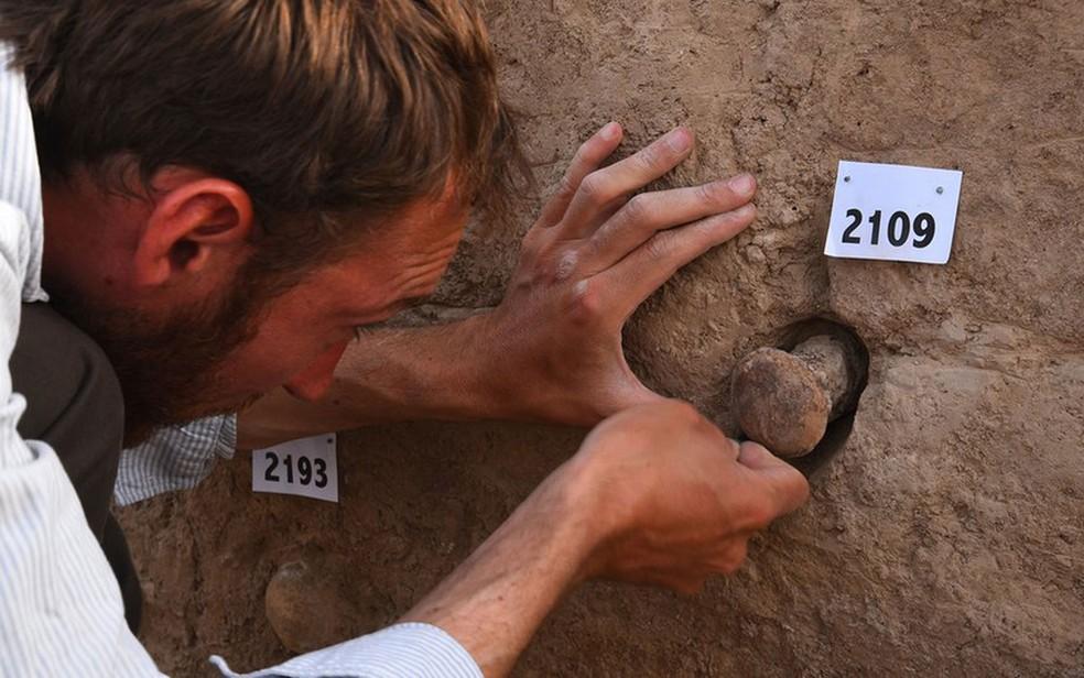 -  Três cones de argila da coleção foram identificados como pertencentes a um templo no sul do Iraque  Foto: British Museum
