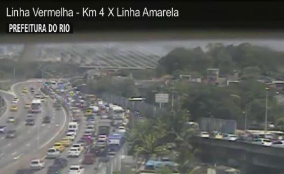 Congestionamento na Linha Vermelha após incêndio em Manguinhos — Foto: Reprodução/CET-Rio