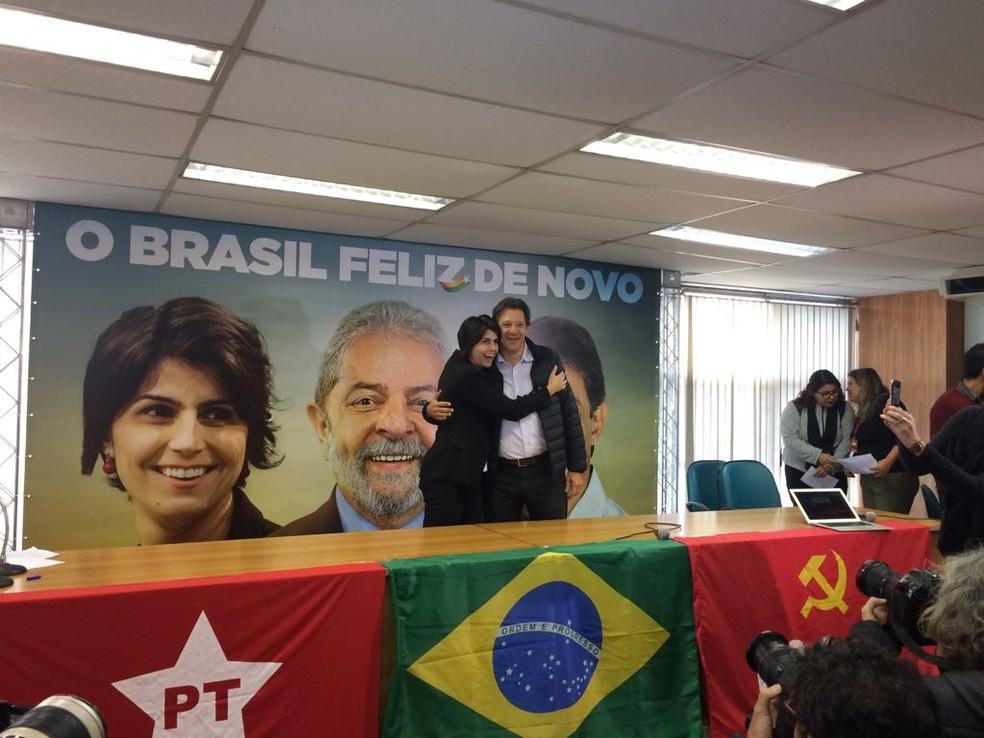 Manuela D'Ávila e Fernando Haddad em coletiva nesta terça (7) (Foto: Paula Paiva Paulo/G1)