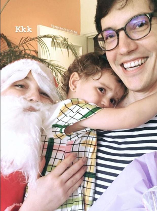Alice Wegmann diverte a família vestida de Papai Noel (Foto: Reprodução/Instagram)