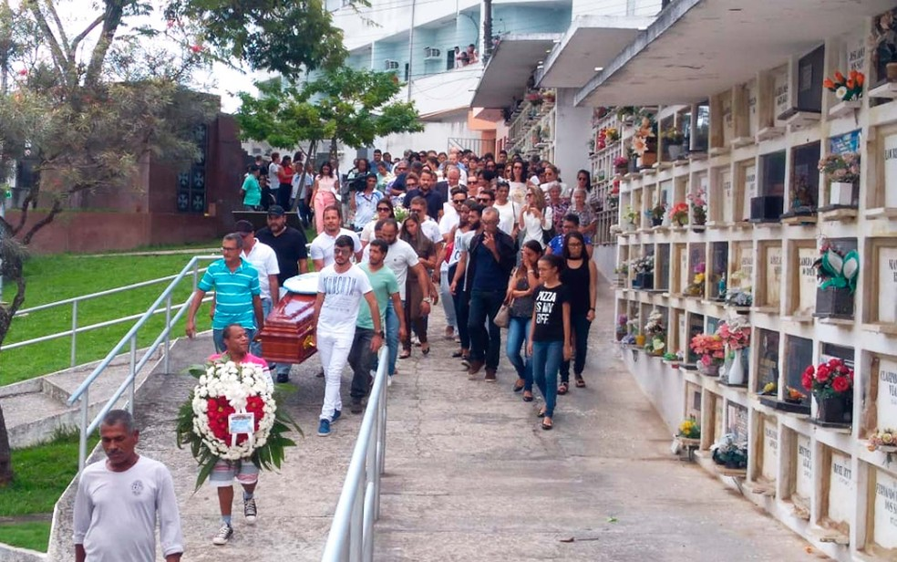 Enterrado o estilista achado morto após discussão com companheiro no sul da Bahia (Foto: Luísa Couto/TV Santa Cruz)