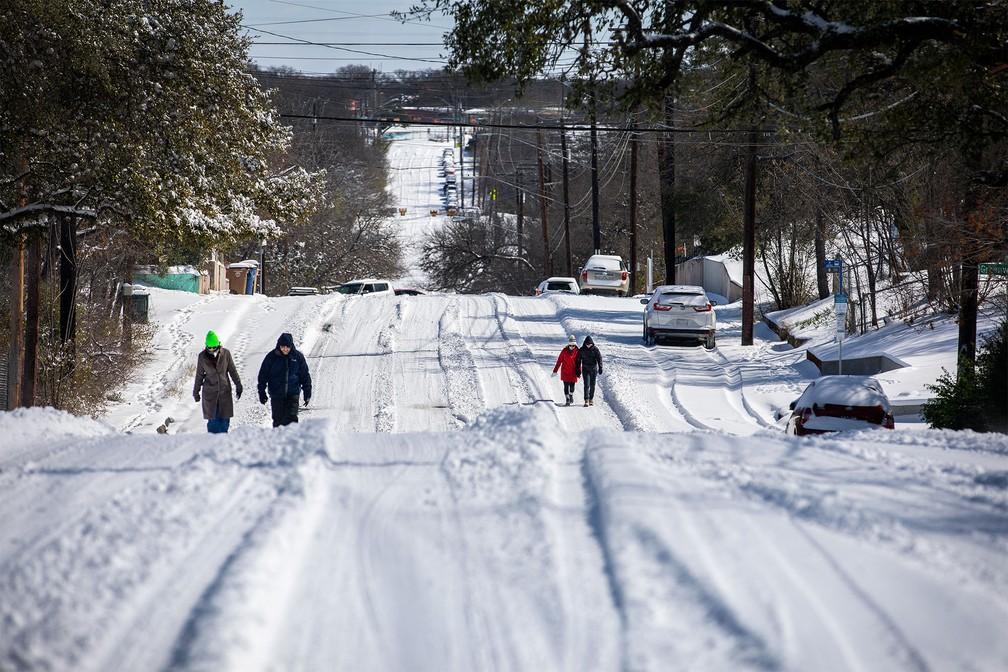 Pessoas caminham por via coberta de neve em Austin, no Texas — Foto: Montinique Monroe/Getty Images/AFP